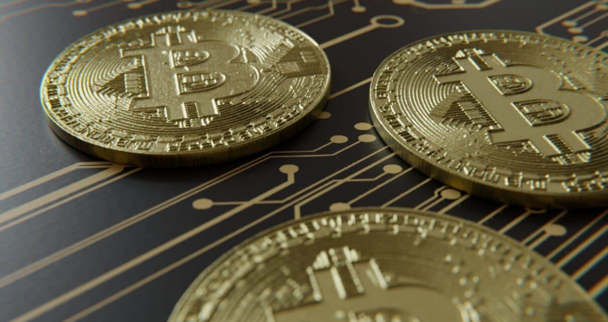 Американцы обменивают обесценивающиеся доллары на биткоины